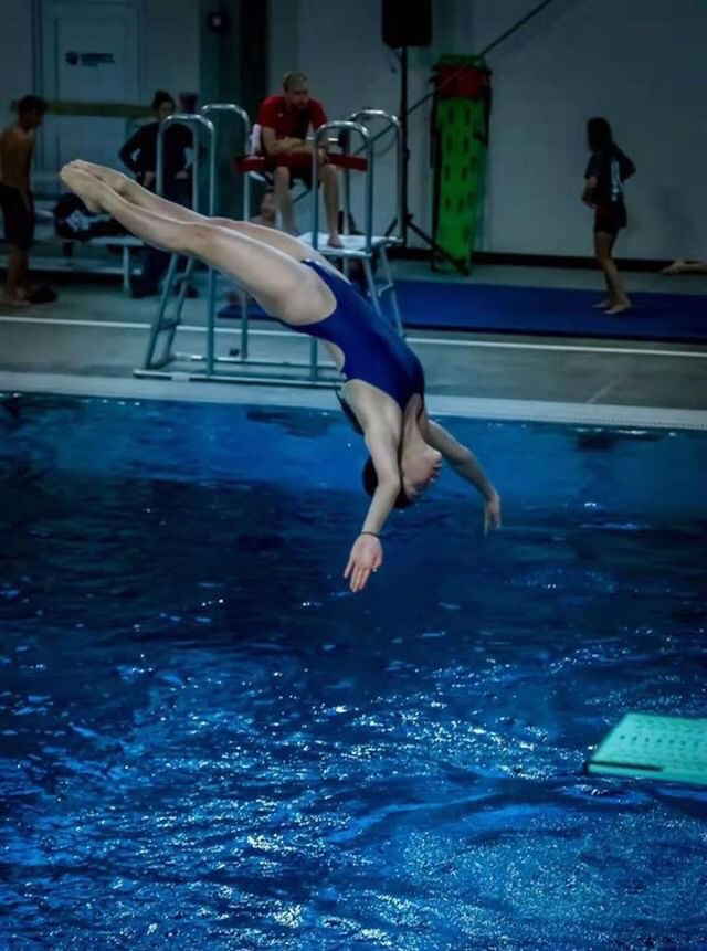Zoe Lee diving backwards.